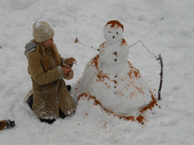 Decorating a snowman with marigold petals and seeds: a different approach to seeding. Photo: Sina Basler